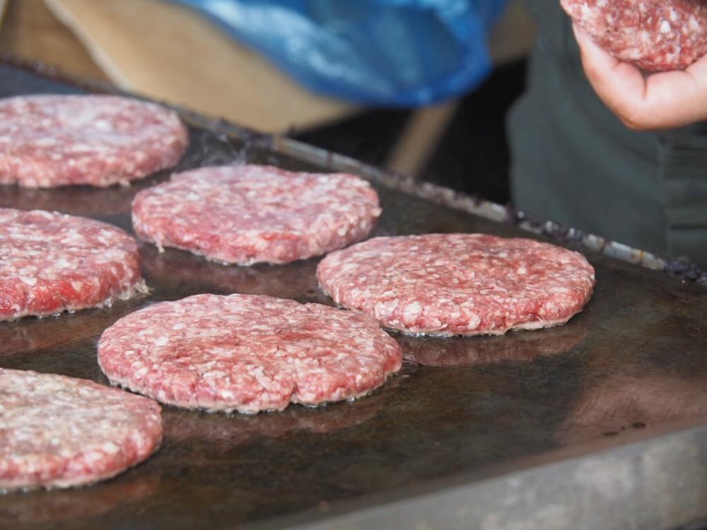 ところ天国の天国バーガーもこれまた人気のお店です。 いつ見ても行列必須、売り切れ御免のバーガーは並んででも食べたい逸品です。